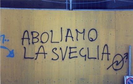 Scritta anarchica su un muro di città